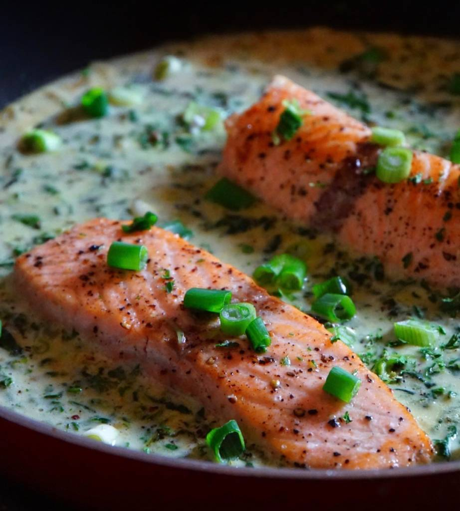 Low Carb Lachsfilet mit Spinat-Sahne-Sauce